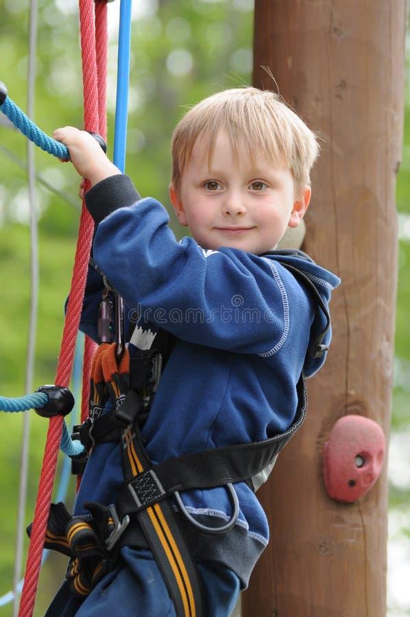 Enfant sur la corde élevée photos libres de droits
