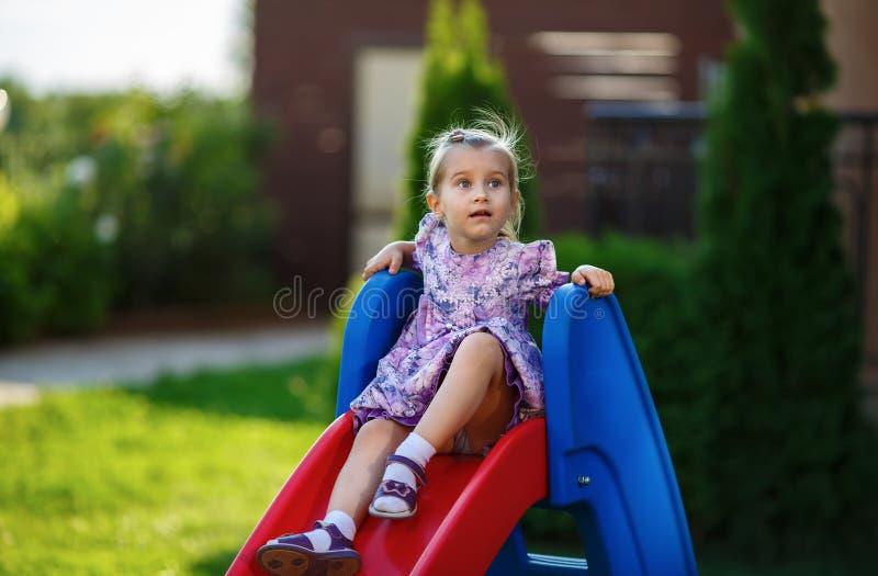 Enfant sur la glissière image libre de droits