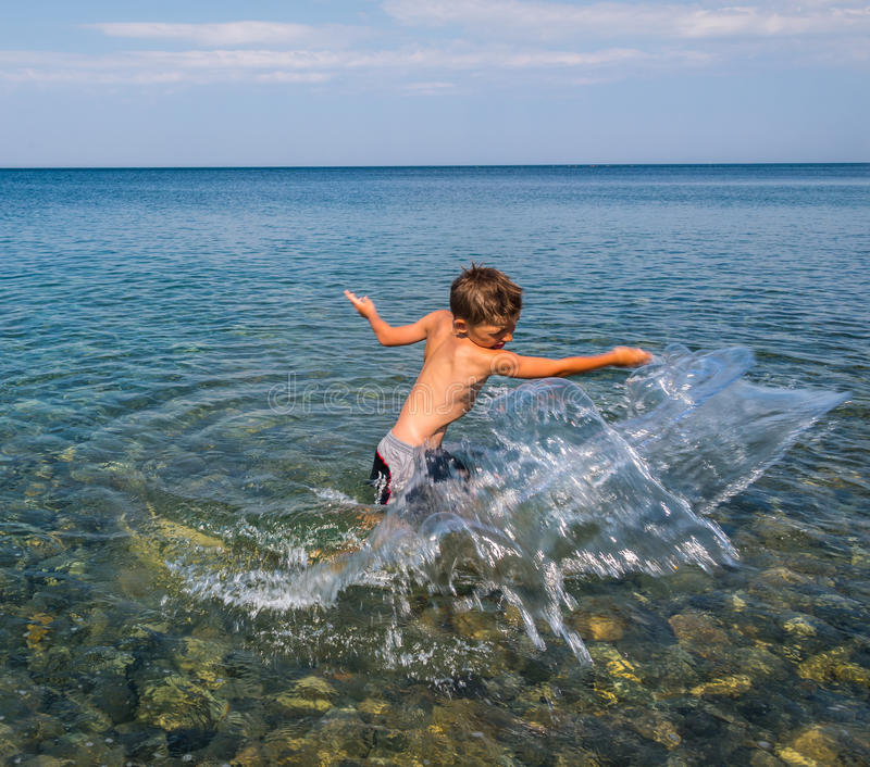 Enfant sur la mer images stock