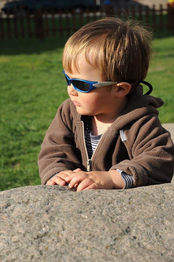Enfant sur la pierre photos libres de droits