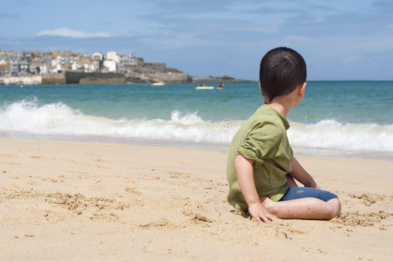 Enfant sur la plage dans les Cornouailles photos stock