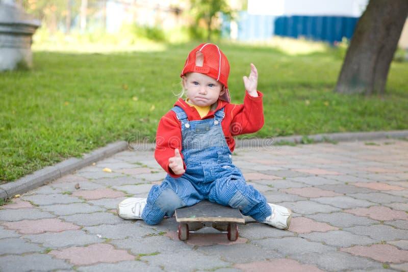 Enfant sur la planche à roulettes image libre de droits