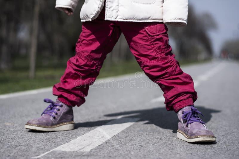 Enfant sur la route photographie stock