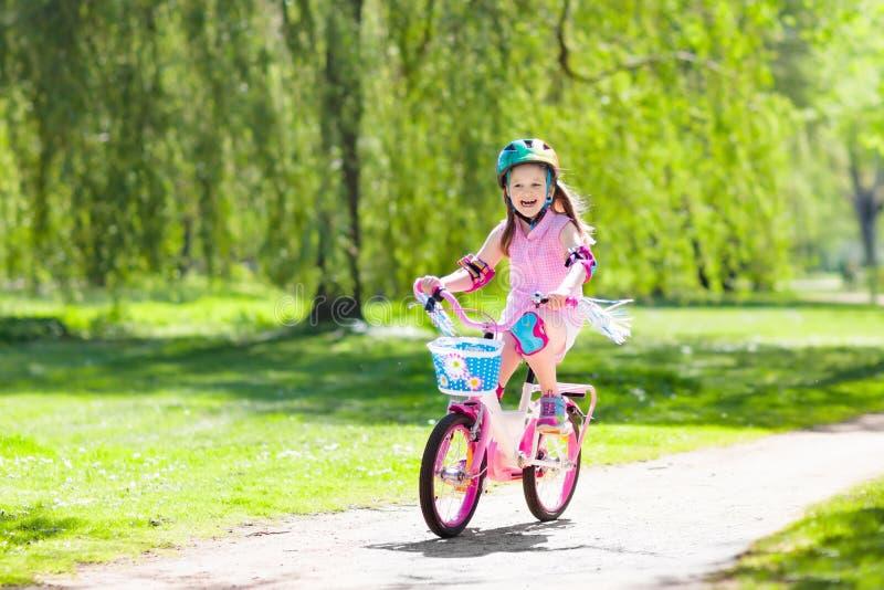 Enfant sur le vélo Bicyclette de tour d'enfants Recyclage de fille photos libres de droits