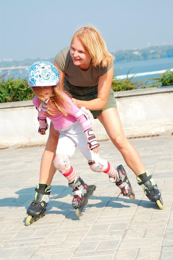 Enfant sur les patins intégrés de rollerblade photo libre de droits