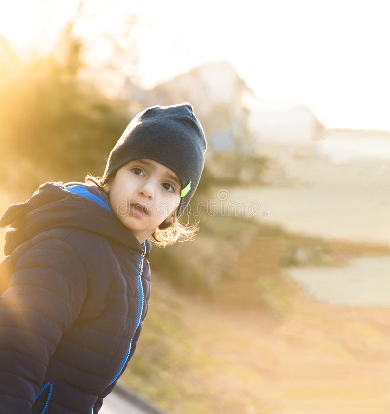 Enfant sur Sunny Winter Day image libre de droits