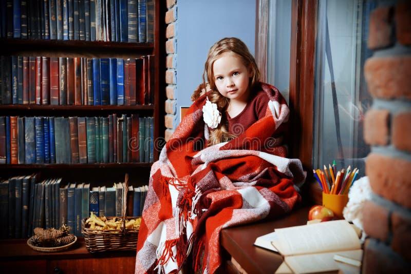 Enfant sur une fenêtre image libre de droits