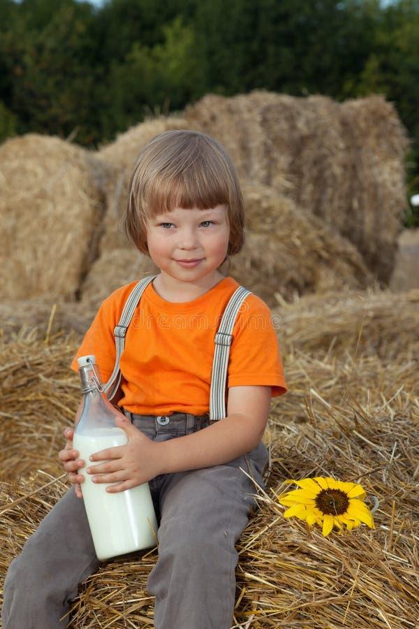 Enfant sur une meule de foin avec images libres de droits