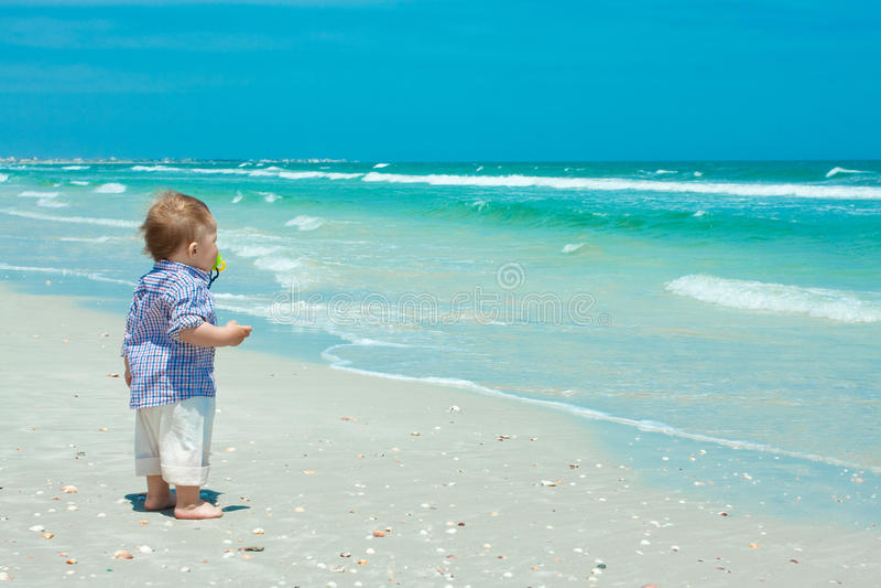 Enfant sur une plage photographie stock libre de droits