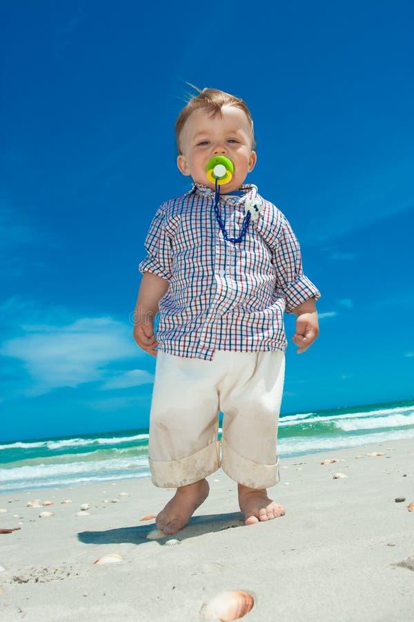 Enfant sur une plage images stock