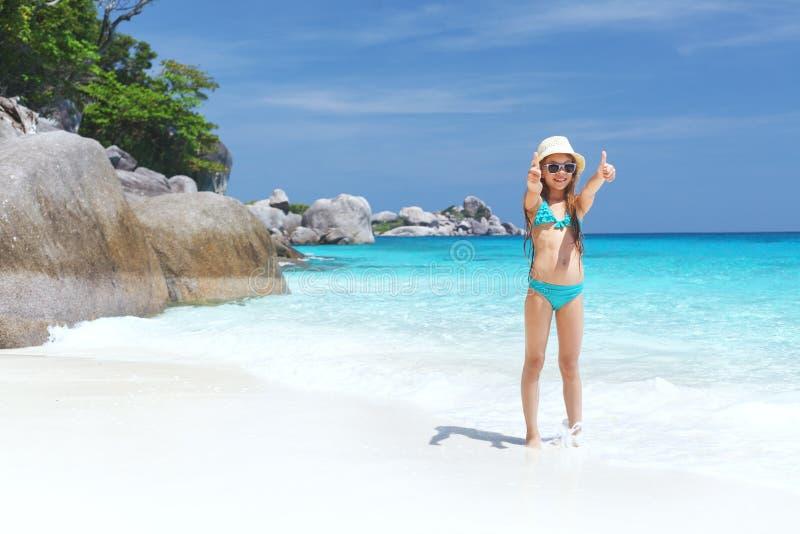 Enfant sur une plage photos libres de droits