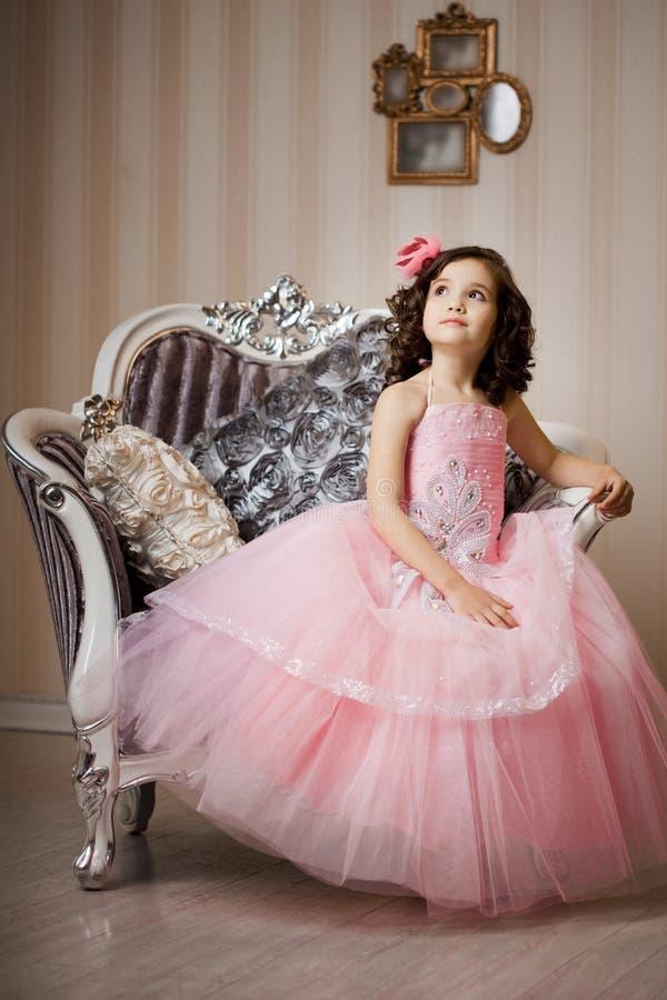Enfant sur une présidence dans une robe intéressante photos libres de droits
