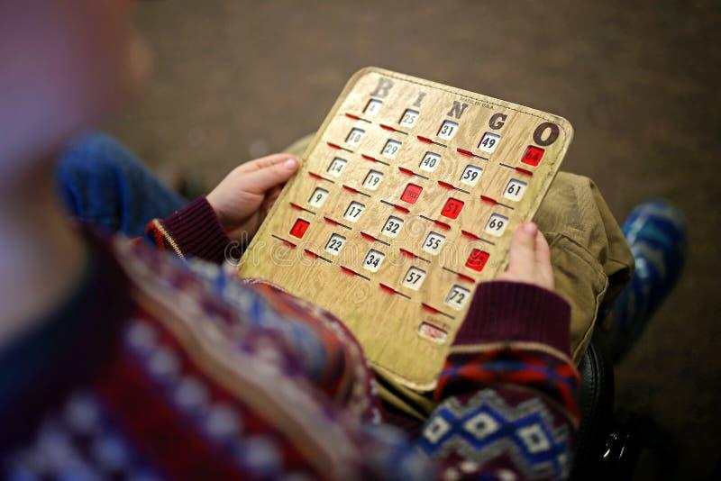 Enfant tenant la carte de BINGO-TEST de vintage photo libre de droits
