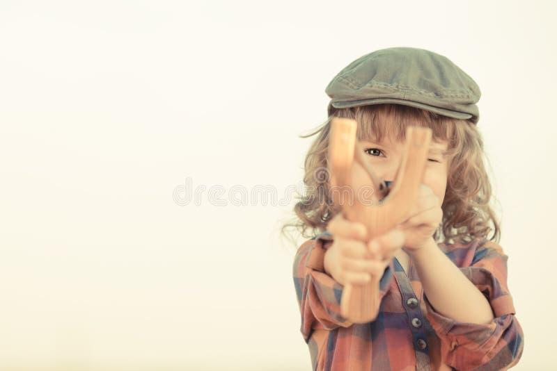 Enfant tenant la fronde photo libre de droits