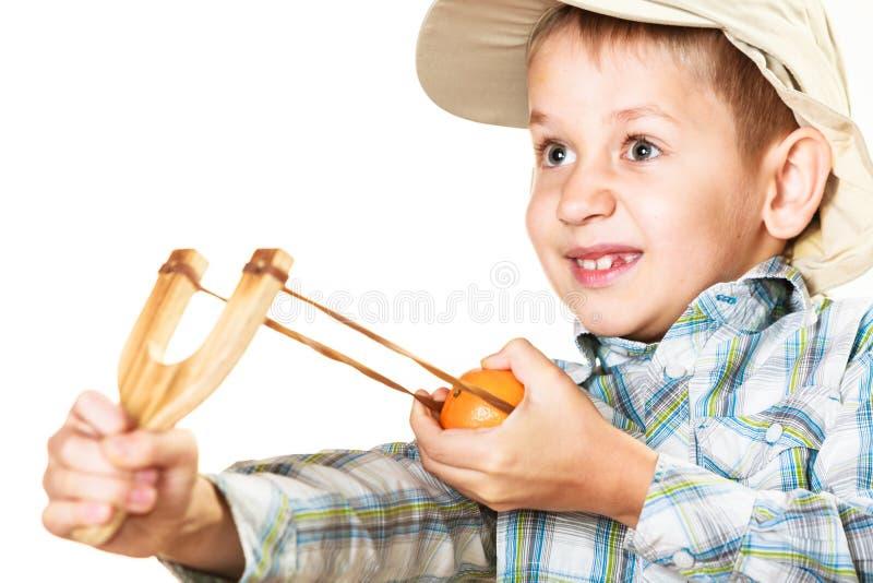Enfant tenant la fronde dans des mains photo stock