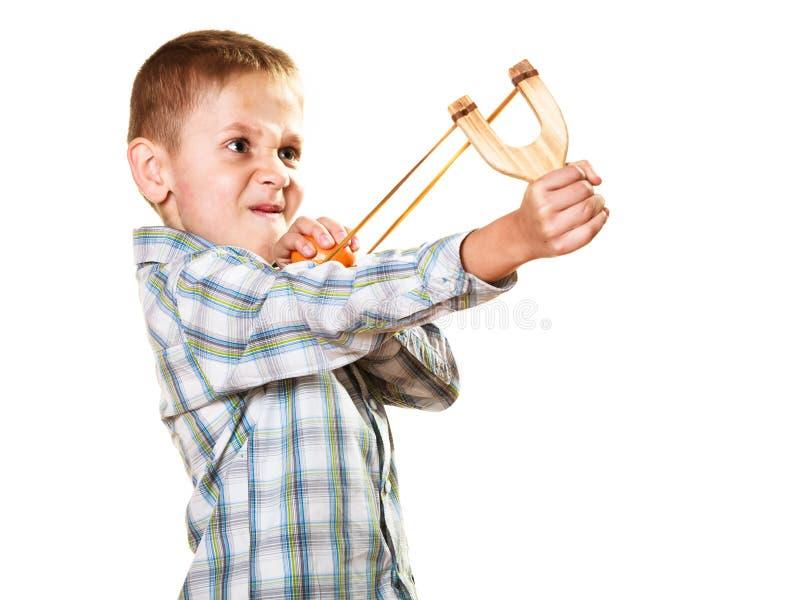 Enfant tenant la fronde dans des mains images libres de droits