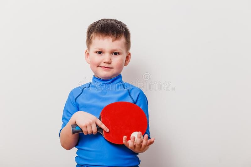 Enfant tenant une raquette de tennis photo stock