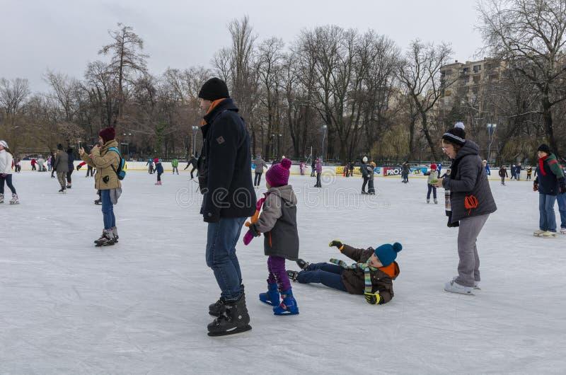 Enfant tombant sur la glace photo stock