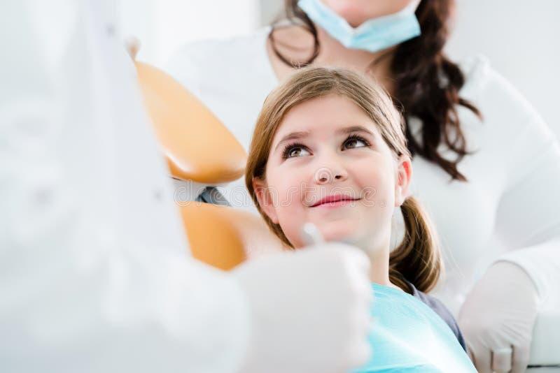 Enfant trearing de dentiste dans sa chirurgie images libres de droits
