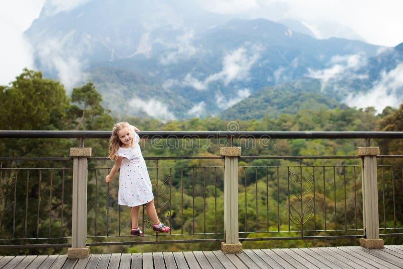 Enfant trimardant en montagnes images stock