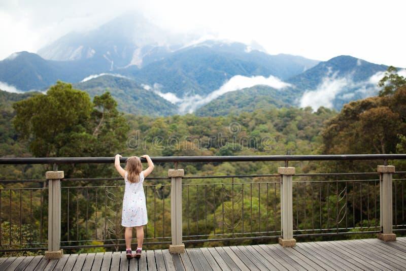 Enfant trimardant en montagnes photos stock