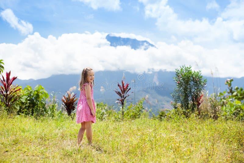 Enfant trimardant en montagnes Badine le trekking de jungle photographie stock