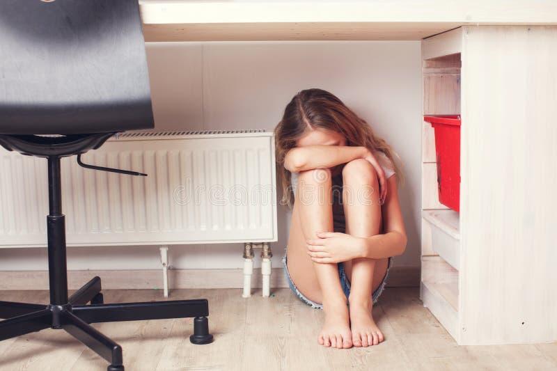 Enfant triste à la maison photos libres de droits
