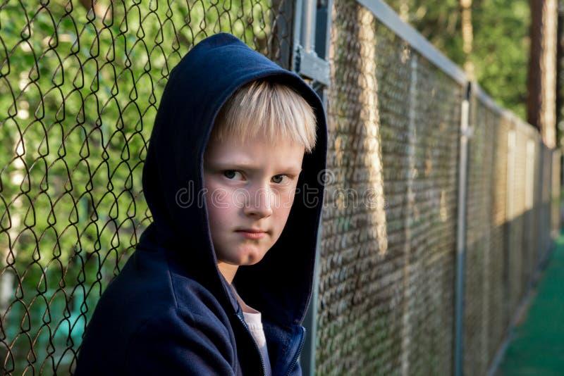 Enfant triste de renversement photos stock