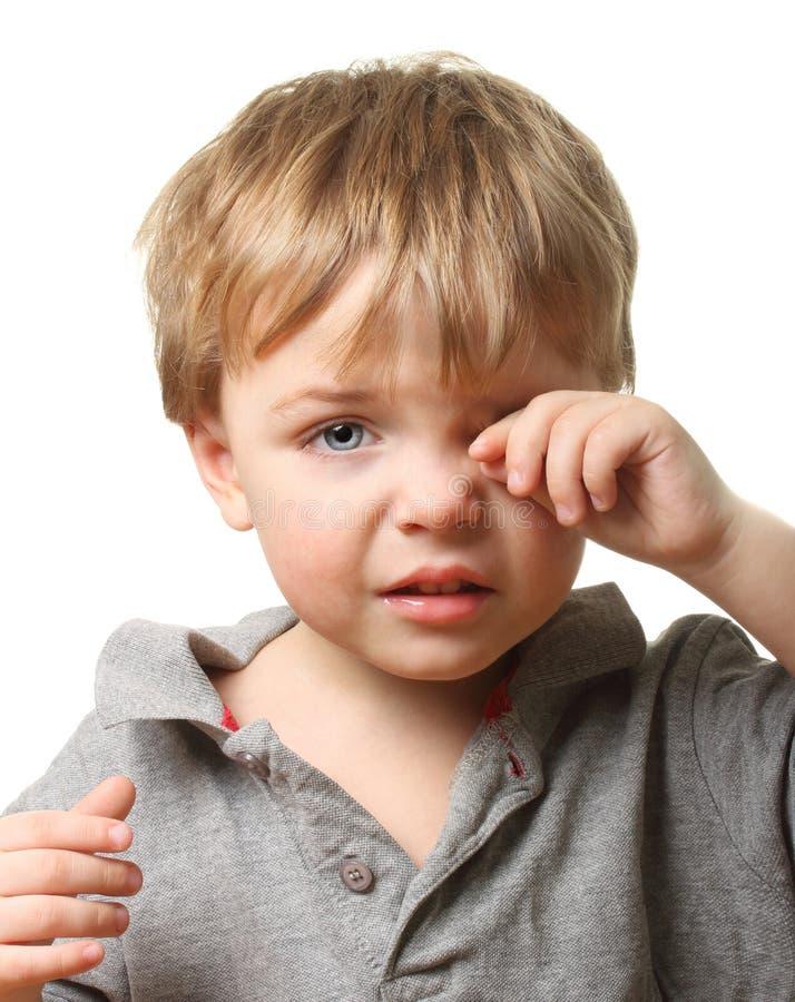 Enfant triste essuyant des larmes images stock