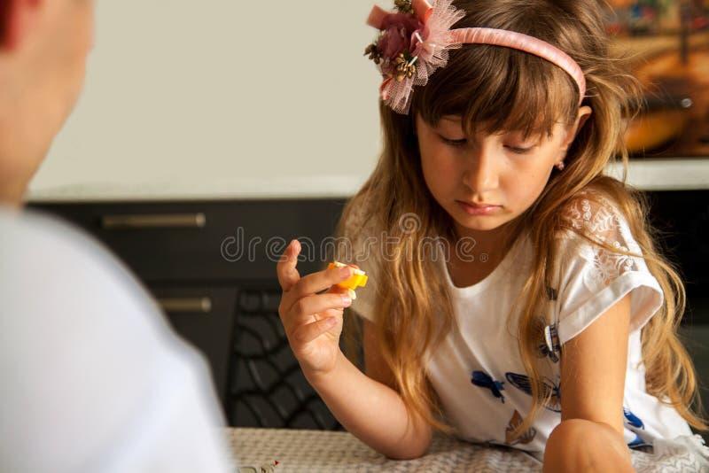 Enfant triste, enfant malheureux, fille malade soumise ? une contrainte dans la d?pression, personne maltrait?e malade photos stock
