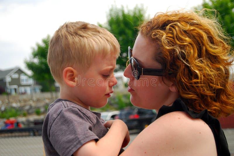 Enfant triste parlant avec la mère photographie stock