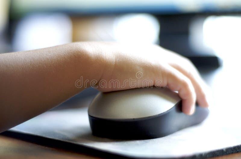 Enfant utilisant la souris d'ordinateur images stock