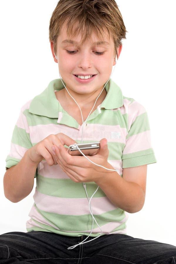 Enfant utilisant un joueur digital image stock