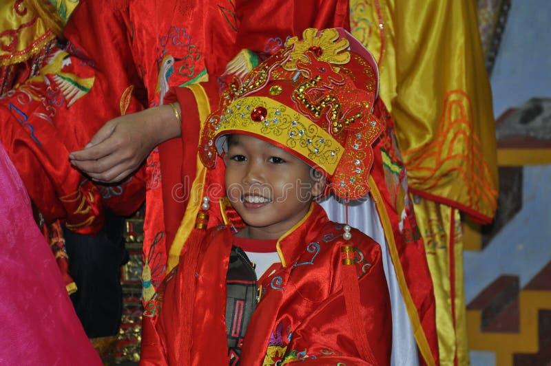 Enfant vietnamien avec le costume traditionnel photographie stock