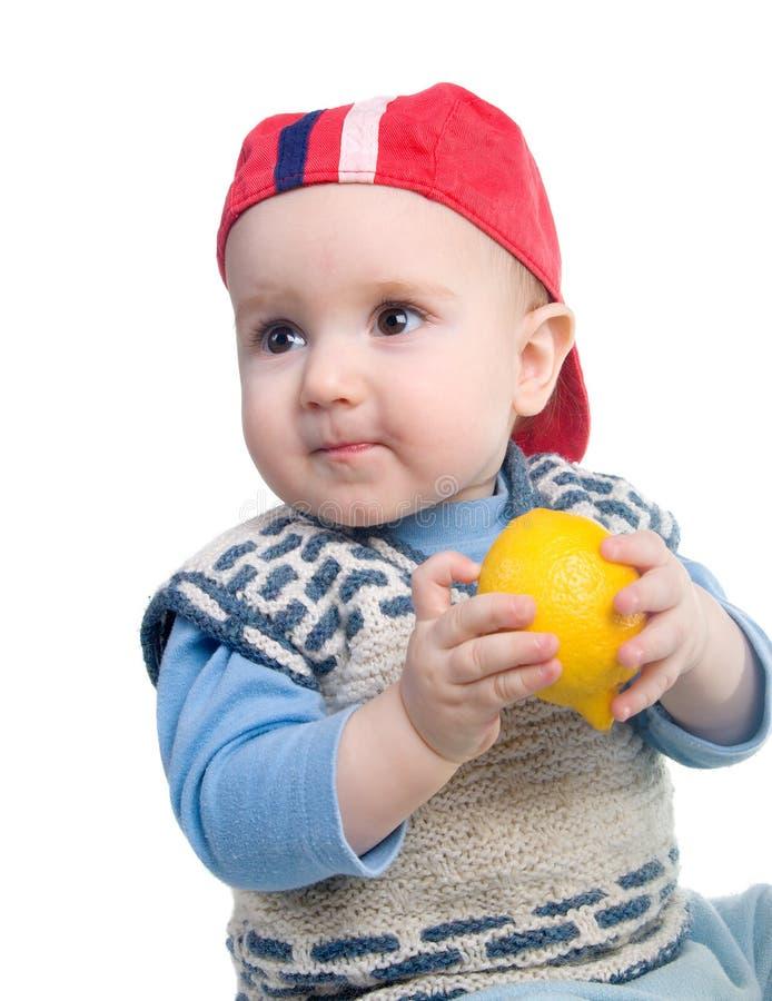 Enfant vigoureux et citron frais photos libres de droits