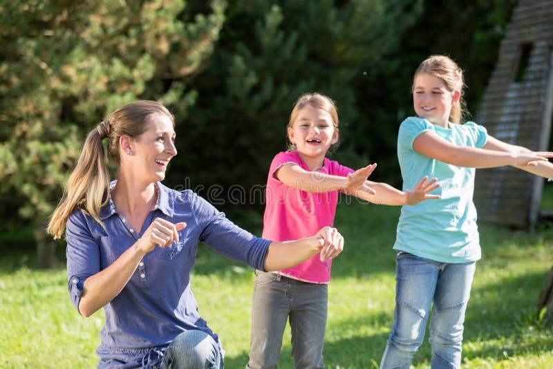 Enfantez avec des filles d'enfants faisant l'exercice de danse dehors photos libres de droits