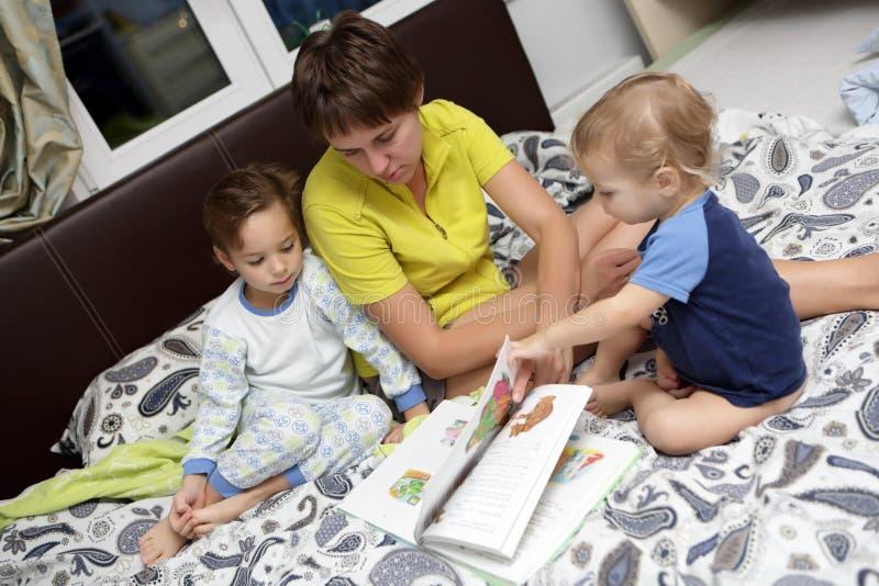 Enfantez avec le livre de lecture de fils photo libre de droits