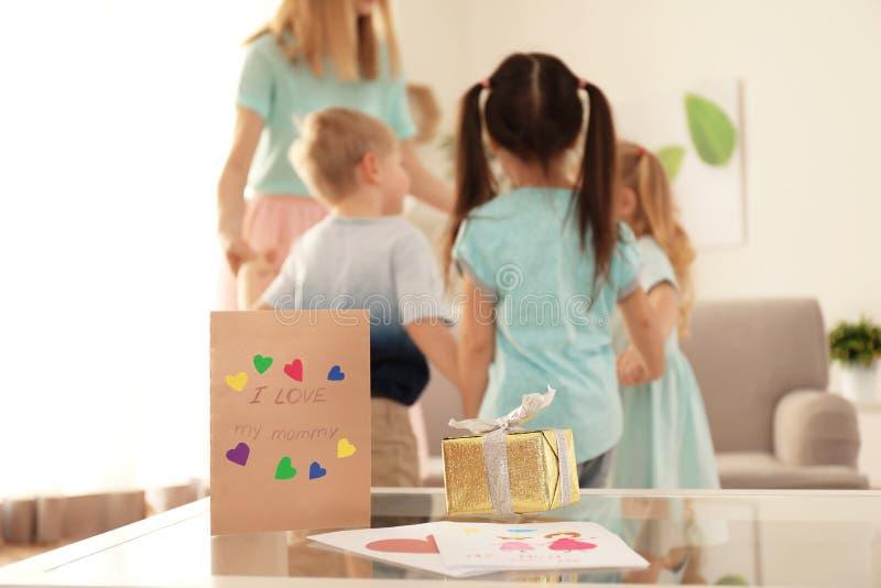 Enfantez avoir l'amusement avec ses petits enfants mignons à la maison photos libres de droits