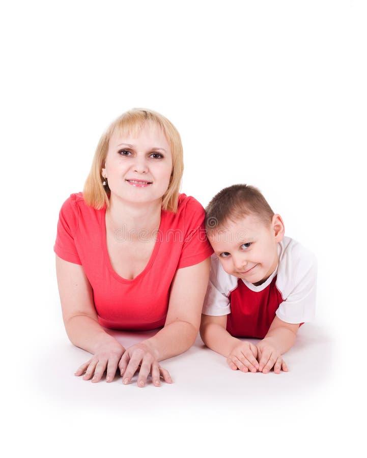 Enfantez et le mensonge de fils sur un étage photographie stock