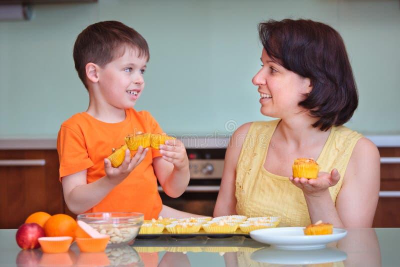 Enfantez et ses petits pains mignons de cuisson de petit garçon image libre de droits