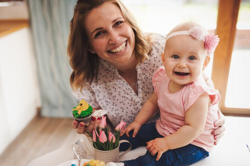 Enfantez et son bébé jouant dans des vacances de Pâques photos stock