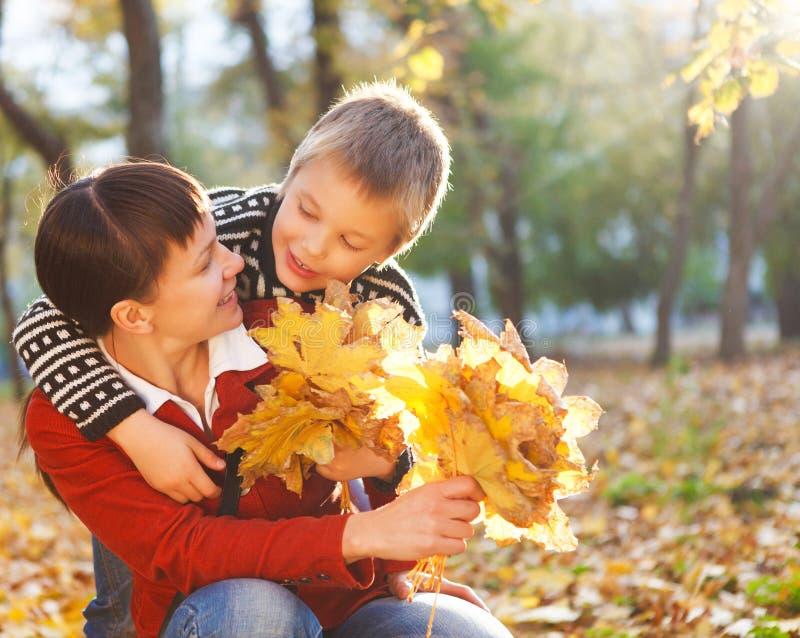 Enfantez et son fils en parc d'automne images stock