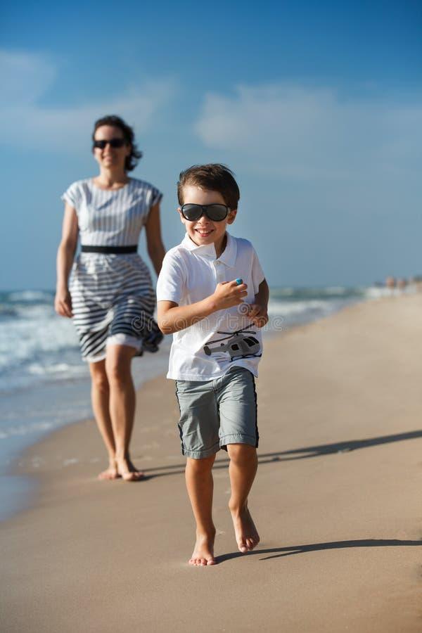 Enfantez et son petit fils jouant sur la plage photographie stock libre de droits