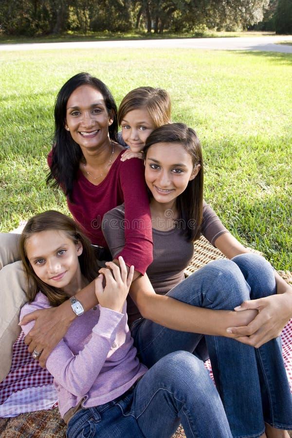 Enfantez et trois enfants ayant le pique-nique dans le stationnement images stock