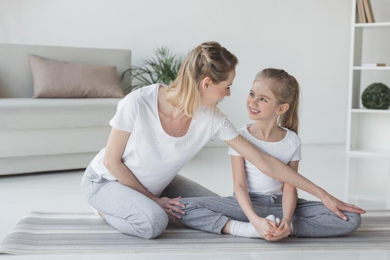 enfantez la fille de enseignement comment se reposer dans le yoga photos libres de droits