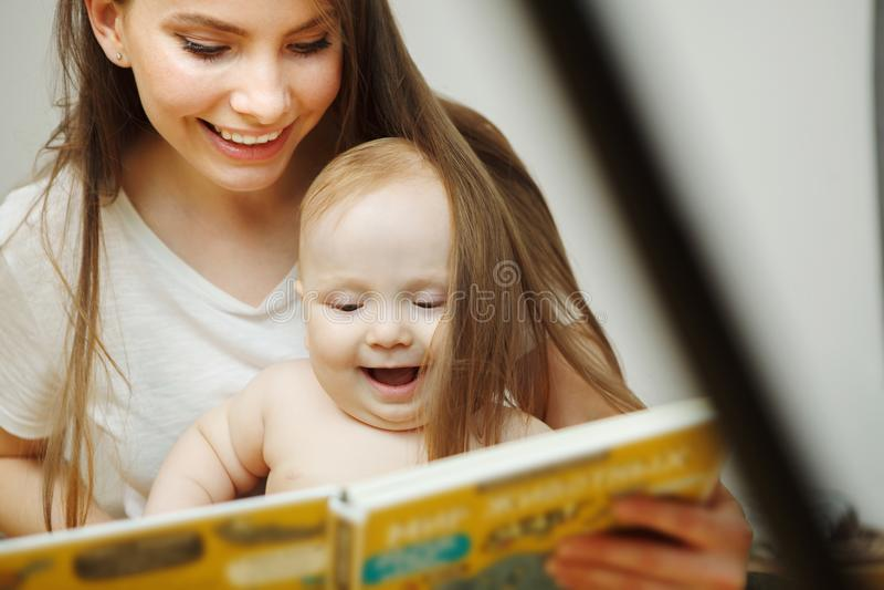 Enfantez la lecture au petit livre coloré infantile avec des contes de fées image libre de droits
