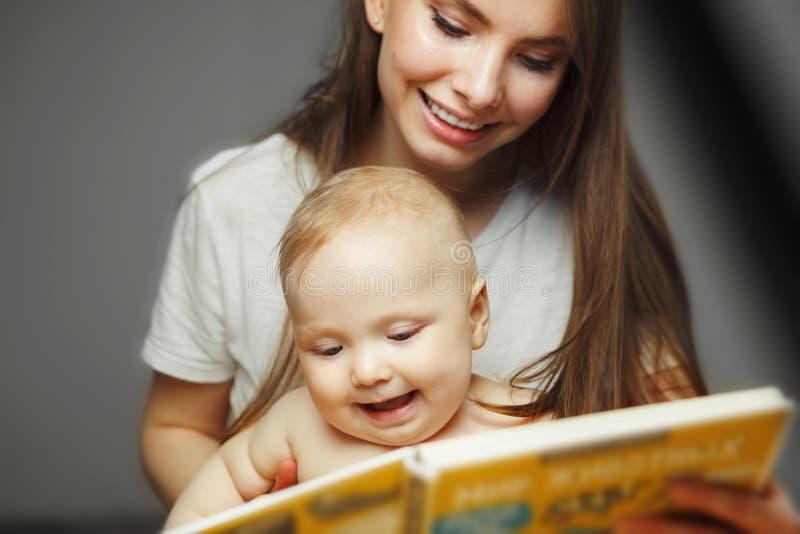 Enfantez la lecture au petit livre coloré infantile avec des contes de fées photographie stock