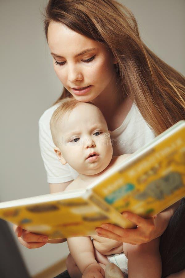 Enfantez la lecture au petit livre coloré infantile avec des contes de fées photographie stock libre de droits