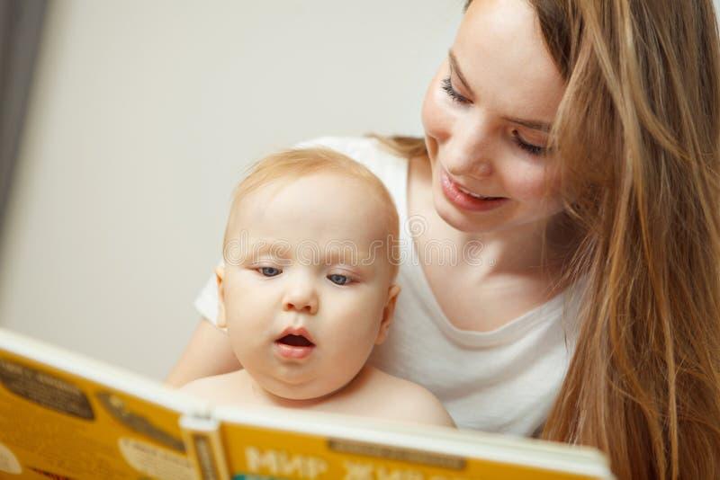Enfantez la lecture au petit livre coloré infantile avec des contes de fées images stock