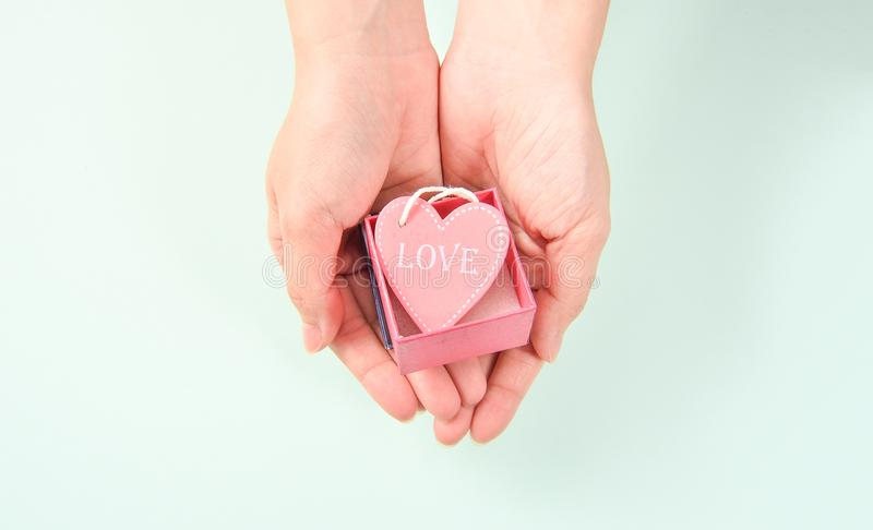 Enfantez la main du ` s avec le cadeau d'amour, dévouement, vert bleu images libres de droits